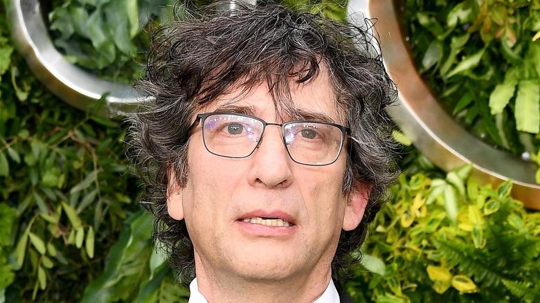 Neil Gaiman posing