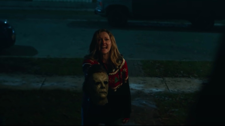 Judy Greer holding Michael Myers mask