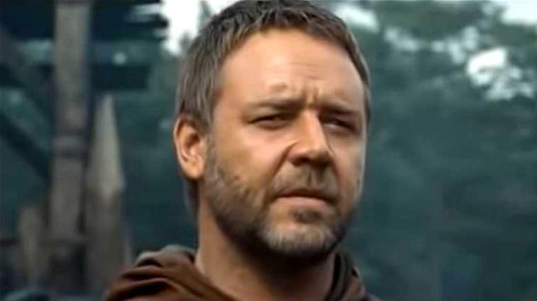 Russell Crowe standing in Robin Hood