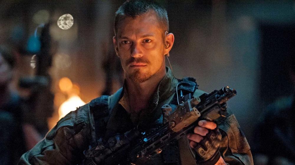 Joel Kinnaman as Rick Flag holding a gun in Suicide Squad