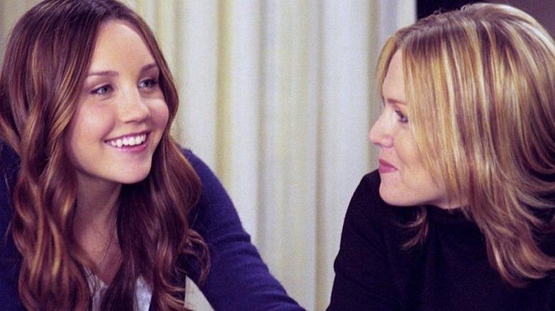 Amanda Bynes and Jennie Garth talking