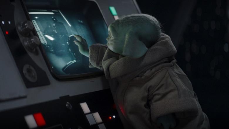 Grogu touches screen Mandalorian