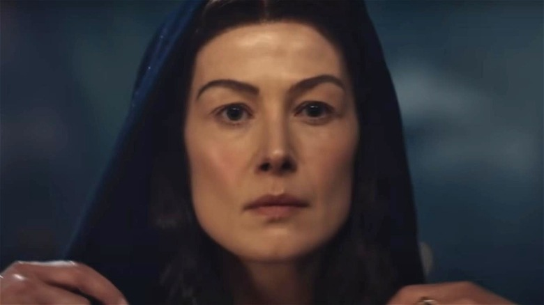 Moiraine wearing a cloak over her head in The Wheel of Time