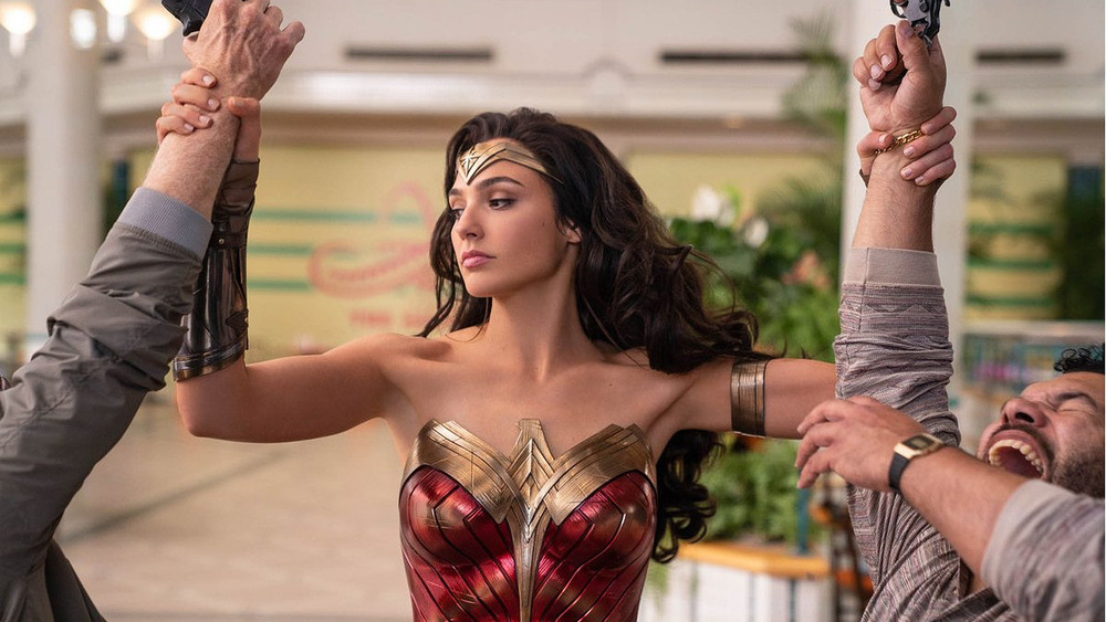 Wonder Woman disarms thieves in mall